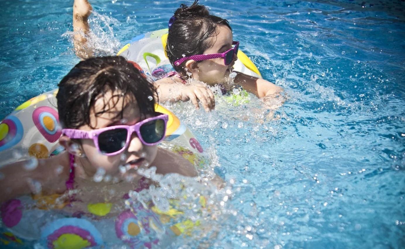 Parc aquatique et piscine pendant les vacances